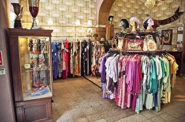 b6fe77c1532 É uma loja de roupa vintage mas também de compra e venda de stocks antigos.  Aqui podemos encontrar diversos artigos em segunda mão